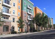 Kleurrijke woonflatgebouwen met koopflats Stock Afbeelding