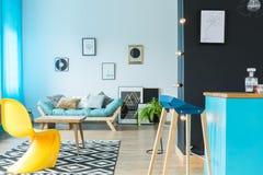 Kleurrijke woonkamer met barstool Stock Afbeelding
