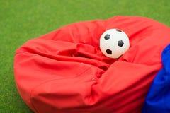 kleurrijke zachte beanbagzetels onder een luifel voor het ontspannen royalty-vrije stock foto's