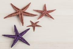 Kleurrijke zeesterren op houten oppervlakte Royalty-vrije Stock Foto's