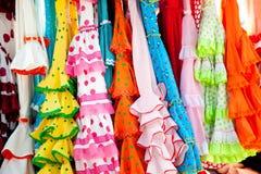 Kleurrijke zigeunerkleding in rek dat in Spanje wordt gehangen royalty-vrije stock afbeelding