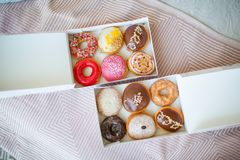Kleurrijke zoete donuts in doos Stock Afbeelding