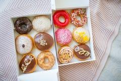 Kleurrijke zoete donuts in doos Stock Foto