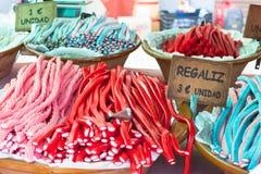 Kleurrijke zoethoutsnoepjes voor verkoop op Sineu Markt Sineu, Majorca royalty-vrije stock afbeeldingen