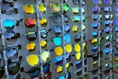 Kleurrijke zonnebril stock afbeeldingen