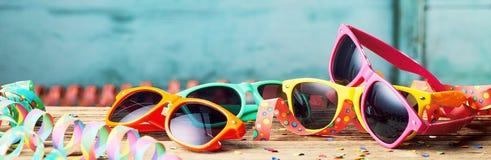 Kleurrijke zonnebril en partijwimpels stock fotografie