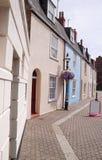 Kleurrijke zonovergoten straat met leeg teken Royalty-vrije Stock Foto
