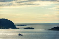 Kleurrijke zonsondergang in Alesund-havenstad Stock Fotografie