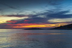 Kleurrijke zonsondergang bij Adriatische Overzees in Kroatië Stock Fotografie