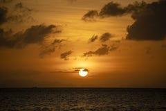 Kleurrijke zonsondergang boven het overzees De vakantieconcept van de zomer thailand stock afbeeldingen