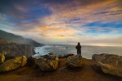 Kleurrijke zonsondergang in de Centrale kustlijn van Californië royalty-vrije stock fotografie