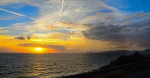 Kleurrijke zonsondergang in de kustlijn van Sardinige Stock Afbeeldingen