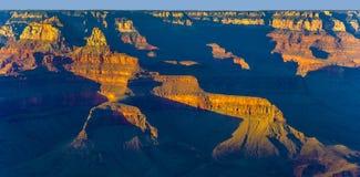 Kleurrijke Zonsondergang in Grand Canyon dat van Mathers-Punt, Zuiden R wordt gezien Stock Fotografie