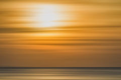 Kleurrijke zonsondergang met lang blootstellingseffect, horizontale motieblu stock foto's