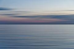 Kleurrijke zonsondergang met lang blootstellingseffect, horizontale motieblu royalty-vrije stock foto