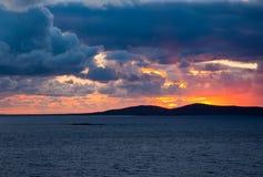 Kleurrijke zonsondergang onder de donkere wolken Royalty-vrije Stock Fotografie