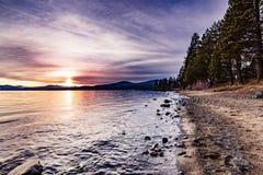 Kleurrijke zonsondergang op de het noordenkust van Meer Tahoe, Californië royalty-vrije stock foto's