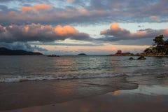Kleurrijke zonsondergang op de kust Stock Fotografie