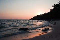 Kleurrijke zonsondergang op de kust van de Golf van Thailand Stock Foto's