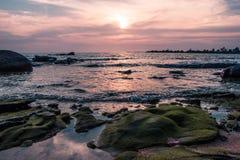 Kleurrijke zonsondergang op de kust van de Golf van Thailand Stock Afbeeldingen
