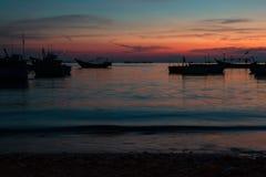 Kleurrijke zonsondergang op de kust van het Overzees Zuid- van China Stock Foto's
