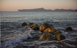 Kleurrijke zonsondergang op de overzeese kust stock foto