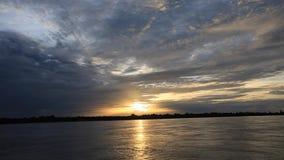 Kleurrijke zonsondergang op de rivier Amazonië in het regenwoud, Brazilië stock videobeelden
