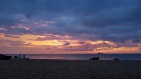 Kleurrijke Zonsondergang op het strand stock foto