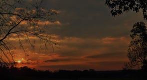 Kleurrijke zonsondergang op horizon Stock Afbeeldingen