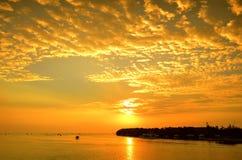 Kleurrijke zonsondergang op zee Stock Fotografie