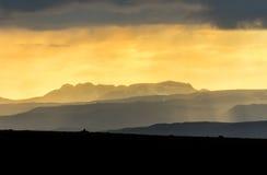 Kleurrijke zonsondergang over bergen Fantastische mening van gelaagd Ijslands landschap ijsland royalty-vrije stock foto's