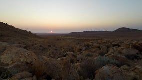 Kleurrijke zonsondergang over de Namib-woestijn, Aus, Namibië, Afrika Duidelijke hemel, gloeiende rotsen en heuvels, de video van stock video