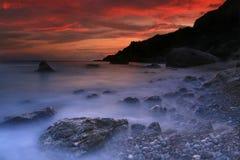 Kleurrijke zonsondergang over het oceaanstrand Royalty-vrije Stock Foto's