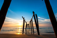 Kleurrijke zonsondergang over het overzees Stock Foto's