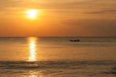 Kleurrijke zonsondergang over het overzees Royalty-vrije Stock Afbeelding