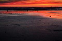 Kleurrijke zonsondergang over het strand in Polzeath royalty-vrije stock foto