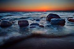 Kleurrijke zonsondergang over Oostzee Stock Foto's