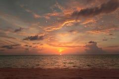 Kleurrijke zonsondergang van het strand Bewolkte hemel royalty-vrije stock afbeelding