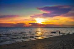 Kleurrijke zonsondergangachtergrond, de Zomerzonsondergang bij PATAYA THAILAND Royalty-vrije Stock Foto's