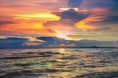 Kleurrijke zonsondergangachtergrond, de Zomerzonsondergang bij PATAYA THAILAND Royalty-vrije Stock Afbeeldingen