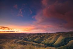 Kleurrijke zonsonderganghemel over bergpanorama royalty-vrije stock foto