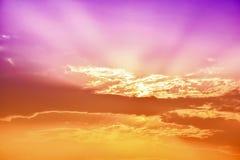 Kleurrijke Zonsonderganghemel van één of andere de Zomeravond met één of ander silhouet Royalty-vrije Stock Afbeeldingen
