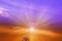 Kleurrijke Zonsonderganghemel van één of andere de Zomeravond met één of ander silhouet Stock Foto's