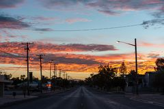 Kleurrijke zonsopgang in Bliksemrand die onderaan de hoofdstraat kijken royalty-vrije stock afbeeldingen
