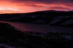 Kleurrijke zonsopgang in de bergen in noordelijk Zweden Royalty-vrije Stock Foto