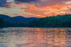 Kleurrijke Zonsopgang in Julian Price Lake Royalty-vrije Stock Afbeeldingen