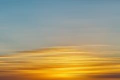 Kleurrijke zonsopgang met lang blootstellingseffect, horizontale motiebl stock afbeeldingen