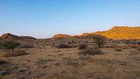 Kleurrijke zonsopgang over de Namib-woestijn, Aus, Namibië, Afrika Duidelijke hemel, gloeiende rotsen en heuvels, de video van de stock footage