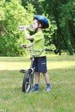 Kleuter en fiets Royalty-vrije Stock Afbeeldingen