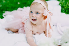 Kleutertijd en leeftijdsconcept mooie gelukkige baby in roze kleding in park het spelen royalty-vrije stock afbeelding
